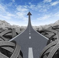 carretera en forma de flecha ascendente hacia el cielo en medio de un nudo de caminos
