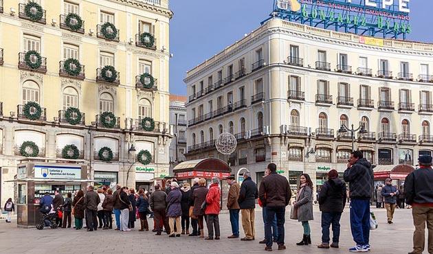 Cola para comprar billetes de lotería de navidad en la Puerta del Sol, Madrid.