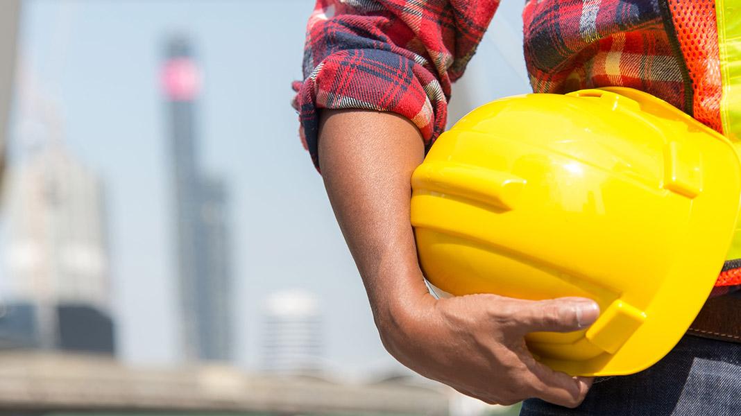 riesgos-laborales-obrero-casco.jpg